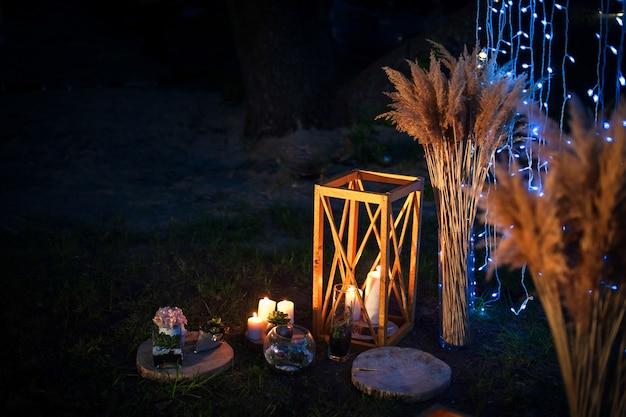 Cérémonie de mariage de nuit avec beaucoup de lumières, bougies, lanternes