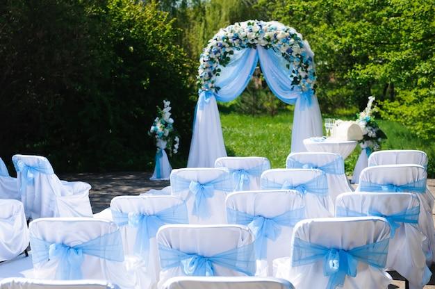 Cérémonie de mariage en plein air. décoration de cérémonie de mariage, beau décor de mariage, fleurs