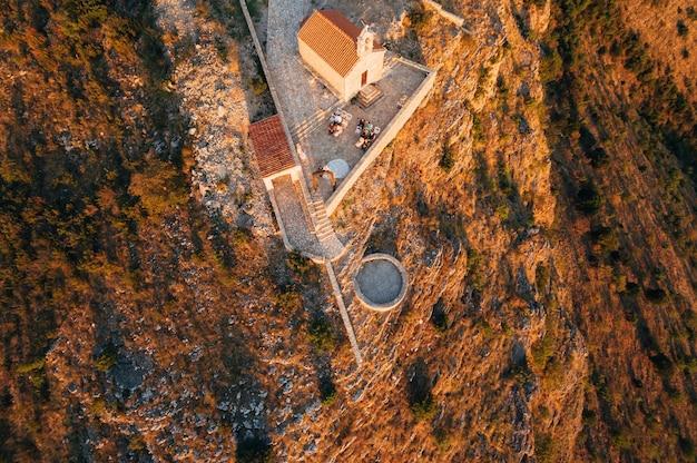 Cérémonie de mariage près de l'ancien monastère