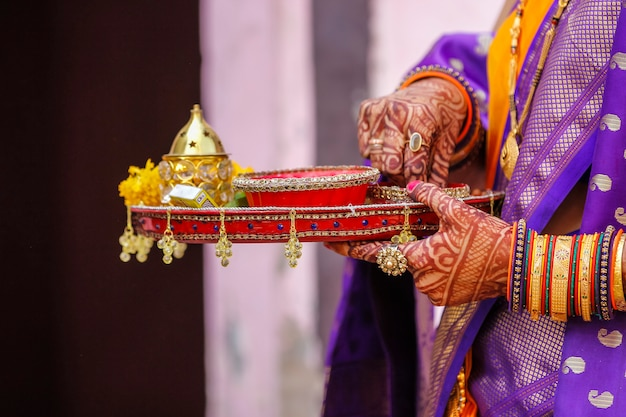 Cérémonie de mariage traditionnelle indienne: puja thali décoratif