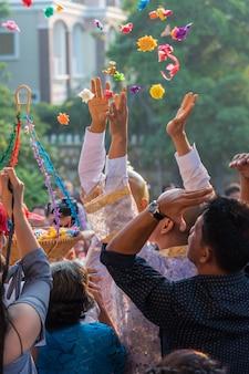 Cérémonie d'ordination dans le rituel bouddhiste de moine thaïlandais pour changer l'homme au moine