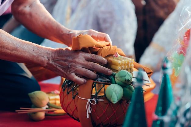 Cérémonie d'ordination dans le rituel du moine thaïlandais bouddhiste pour l'homme du changement