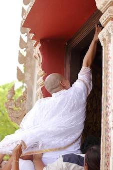 La cérémonie d'ordination du nouveau moine