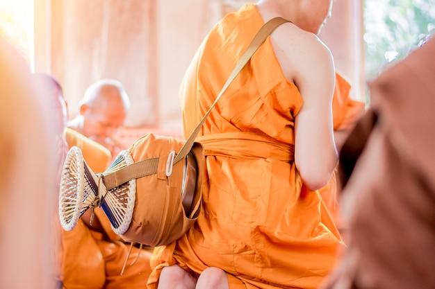 La cérémonie d'ordination pour être un moine bouddhiste.