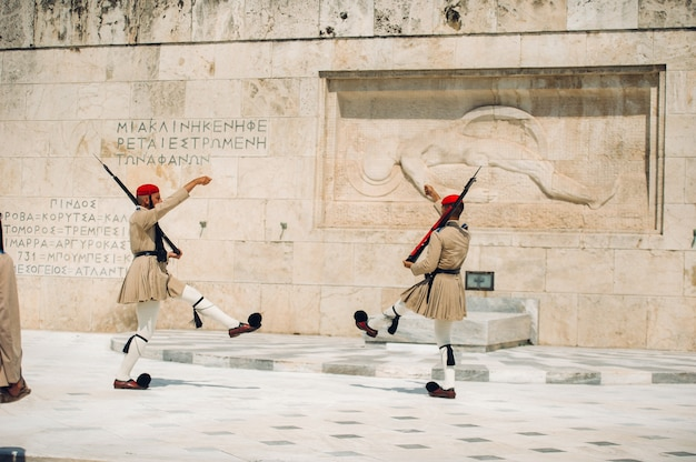 La cérémonie de la relève de la garde a lieu devant .grèce.athènes