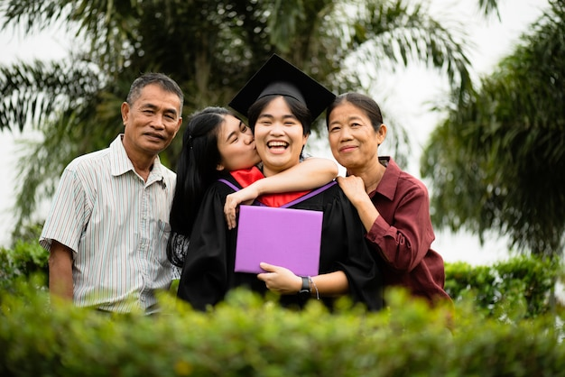 Cérémonie de remise des diplômes. les parents et la famille félicitent l'élève