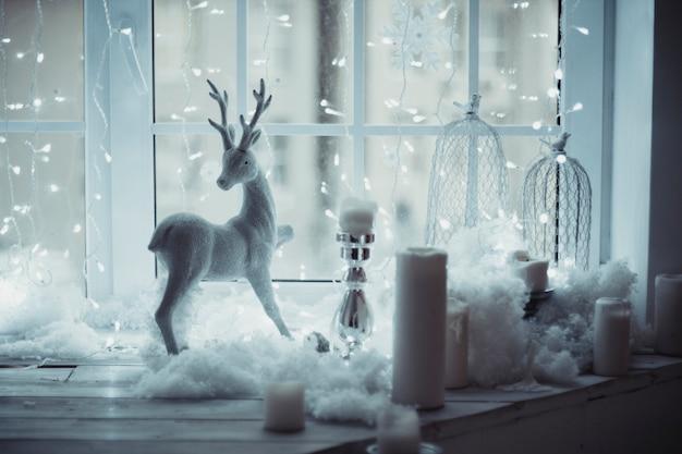 Cerf figure debout à la fenêtre décor de noël