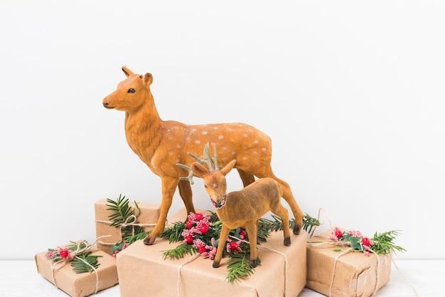 Cerf jouet sur des boîtes présentes
