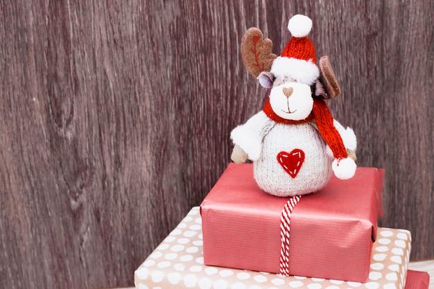 Cerf jouet sur une pile de cadeaux