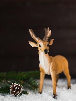 Cerf jouet, près, accroc, et, branche, neige