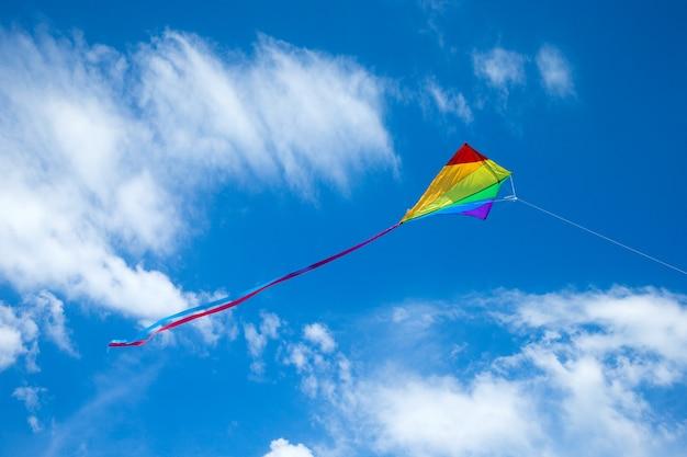 Cerf-volant volant dans le ciel parmi les beaux nuages