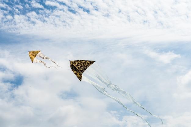 Cerf-volant volant dans le ciel parmi les nuages