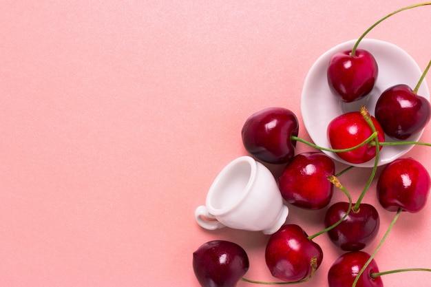 Cerise douce dans la tasse blanche