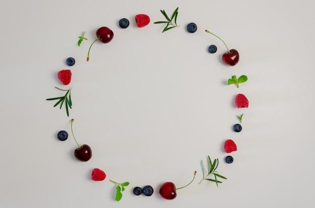 Cerise fraîche, myrtille, framboise, menthe et feuille de romarin