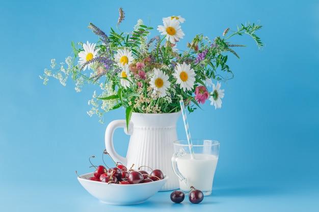 Cerise sur plaque avec yaourt et fleurs sauvages