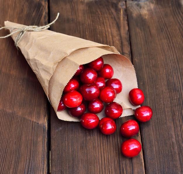 Cerise rouge mûre dans un sac en papier