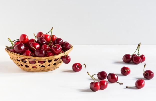 Cerises fraîches dans un bol