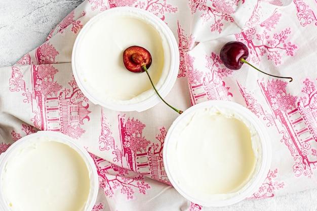 Cerises fraîches déchirées sur flatlay de yaourt grec