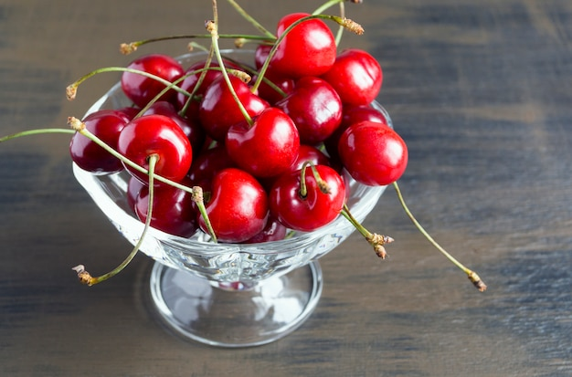 Cerises fraîches mûres. un bouquet de délicieuses baies d'été.