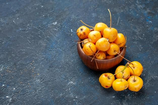 Cerises jaunes fraîches fruits mûrs et sucrés sur fond noir, fruit doux et doux cerise douce fraîche