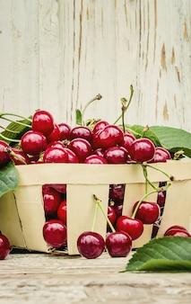 Cerises rouges mise au point sélective. fruits nature alimentaire.