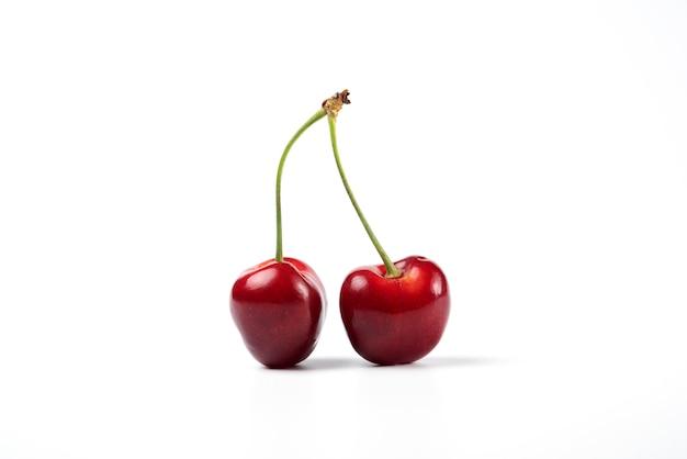 Cerises rouges et noires sur fond blanc