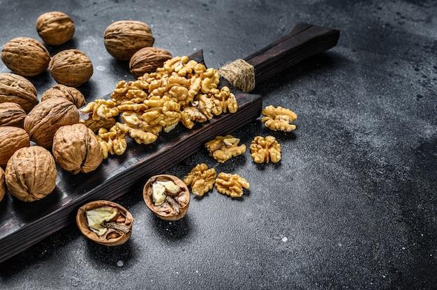 Cerneaux de noix décortiquées sur une planche à découper en bois