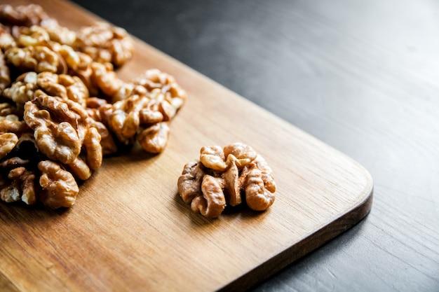 Cerneaux de noix sur une planche à découper en bois