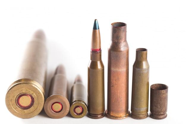 Un certain nombre de balles sur un blanc isolé