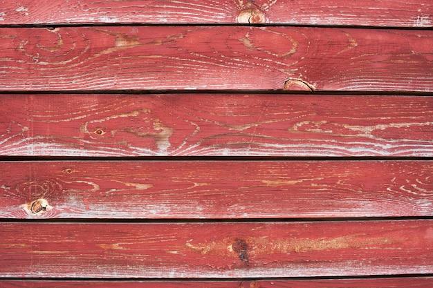 Un certain nombre de planches avec de la peinture rouge fissurée