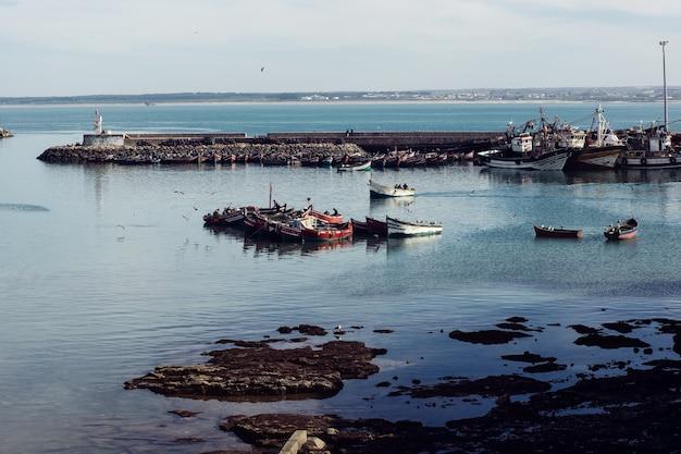 Certains bateaux avec des pêcheurs dans un brise-lames à el jadida, maroc