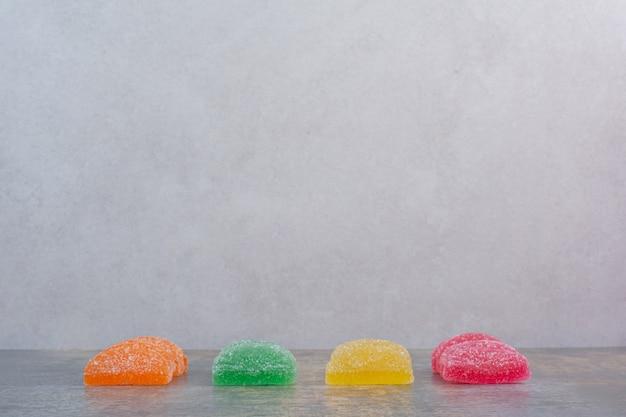 Certains des bonbons à la marmelade sur fond blanc. photo de haute qualité