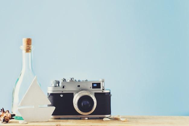 Certains éléments du thème des vacances, de la caméra, du botle et du jouet sont envoyés sur le fond bleu