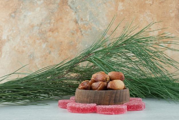 Certains de la marmelade de sucre rouge avec bol en bois plein de fruits secs sur fond blanc. photo de haute qualité