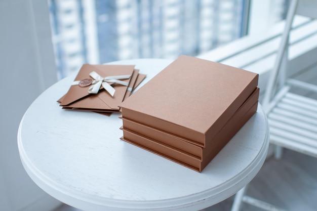 Certificat cadeau, chèque cadeau ou remise. photo en gros plan d'une enveloppe d'invitation en bronze avec un ruban et un sceau de cire
