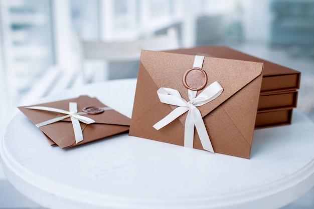 Certificat cadeau, chèque cadeau ou remise. photo en gros plan d'une enveloppe d'invitation en bronze avec un sceau de cire