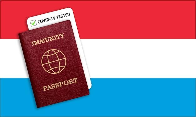 Certificat de voyage après une pandémie pour les personnes qui ont eu un coronavirus ou qui ont fait un vaccin et résultat du test pour covid-19 sur le drapeau du luxembourg