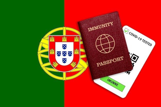Certificat de voyage après une pandémie pour les personnes qui ont eu un coronavirus ou qui ont fait un vaccin et résultat du test pour covid-19 sur le drapeau du portugal