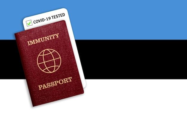 Certificat de voyage après une pandémie pour les personnes qui ont eu un coronavirus ou qui ont fait un vaccin et résultat du test pour covid-19 sur le drapeau de l'estonie