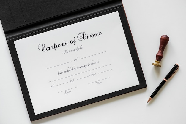 Certification de divorce isolée sur tableau blanc