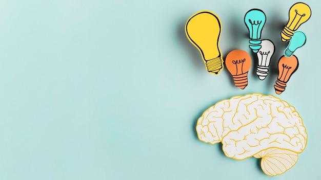 Cerveau en papier avec collection d'ampoules