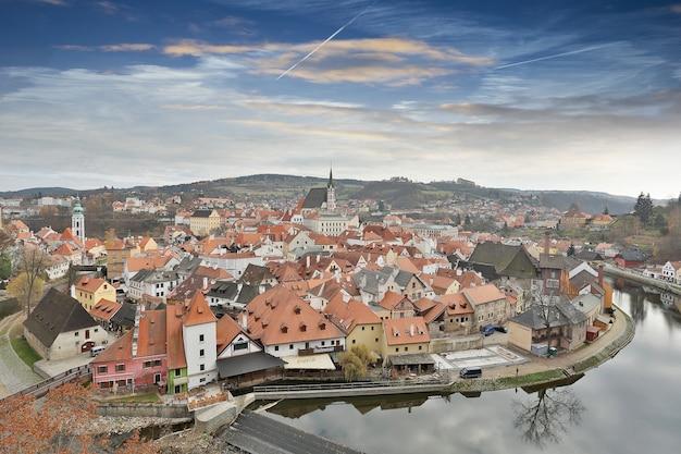 Cesky krumlov, république tchèque-nov 25 2015 : la vieille ville de l'église du bâtiment à côté de la rivière en république tchèque.