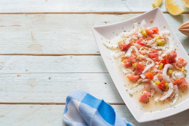 Ceviche au saumon, tomate, oignon, citron