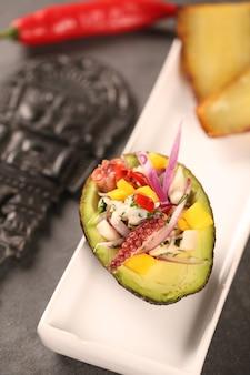 Ceviche à l'avocat et plantain. cuisine péruvienne typique.