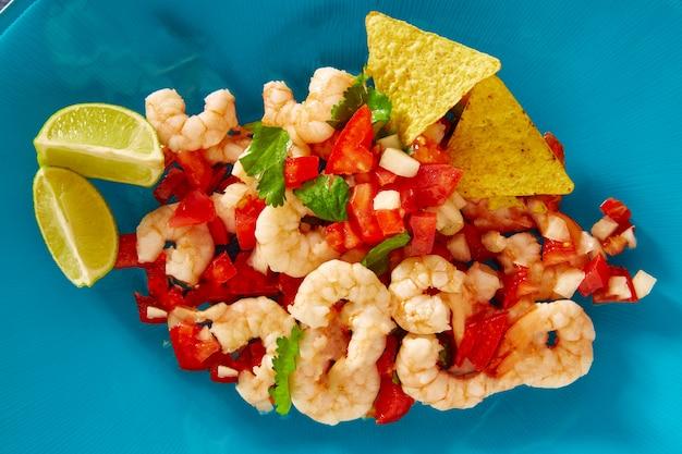 Ceviche de camaron, cuisine mexicaine aux crevettes sur fond bleu
