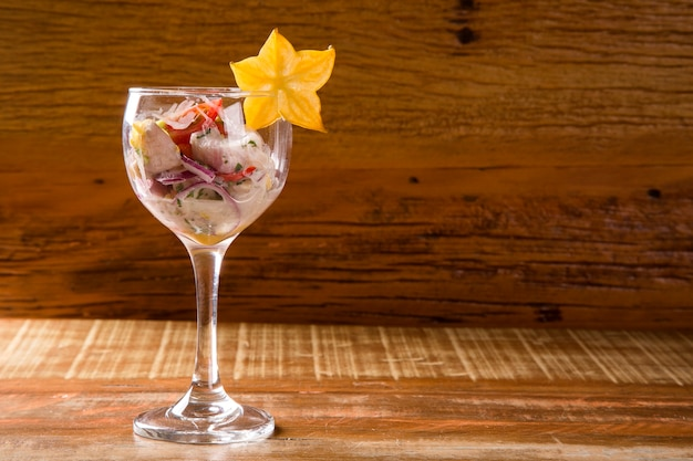 Ceviche. cuisine péruvienne. poisson cru mariné au jus de citron vert.