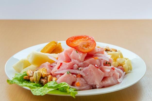 Ceviche de fruits de mer traditionnel du pérou avec piments, pois chiches.