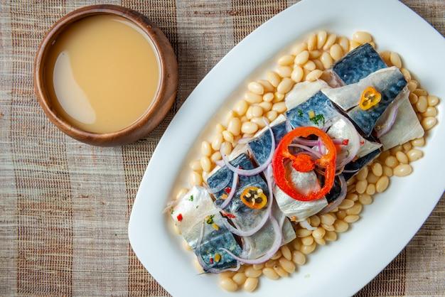 Ceviche de maquereau péruvien avec haricots et boisson chicha de jora. vue de dessus.