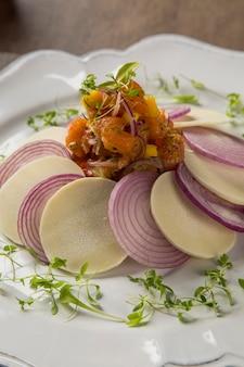 Ceviche de saumon. plat traditionnel péruvien.