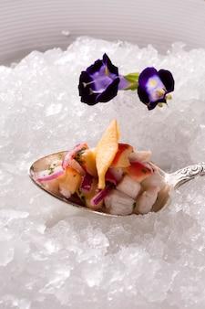 Ceviche servi sur de vieilles cuillères dans l'assiette avec de la glace. délicieux.